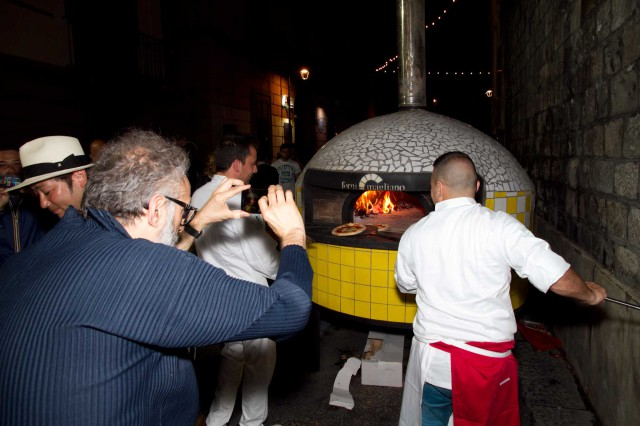 Bottura fotografa pizza