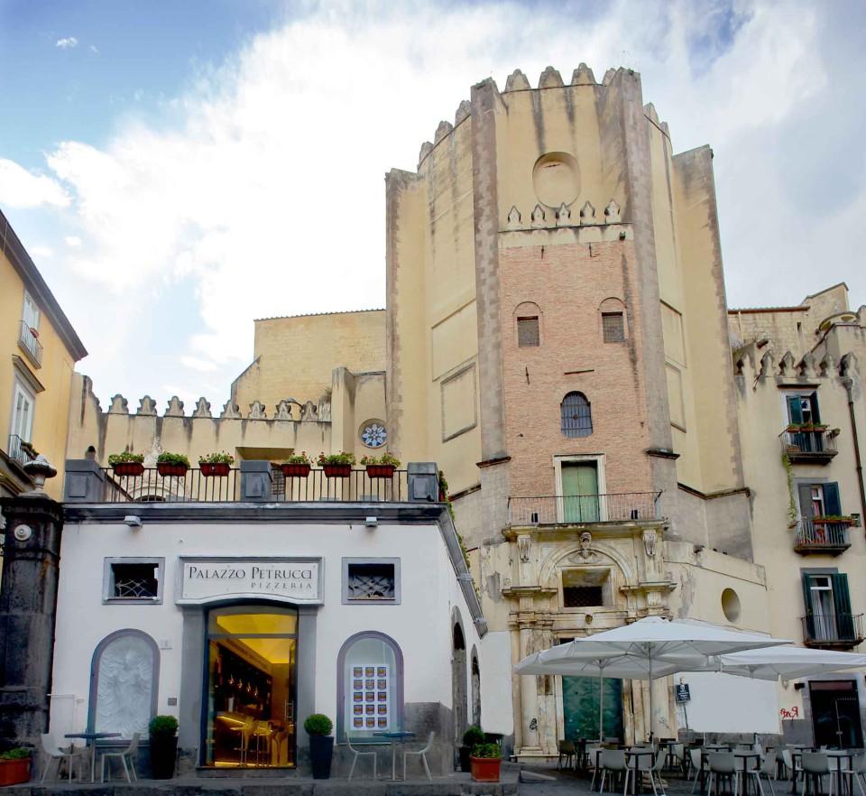Palazzo Petrucci pizzeria Napoli