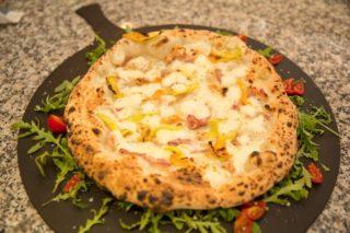 Pizza. Assaggiare un impasto con aceto balsamico a Sorrento