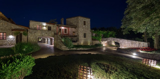 Aquapetra Resort notturno