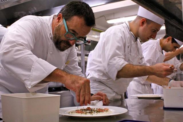 Giancarlo Morelli prepara risotto