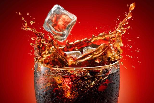 coca cola bicchiere ghiacciato