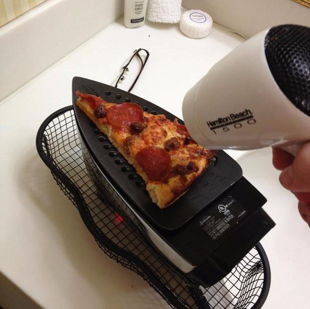 pizza scaldata con il ferro da stiro