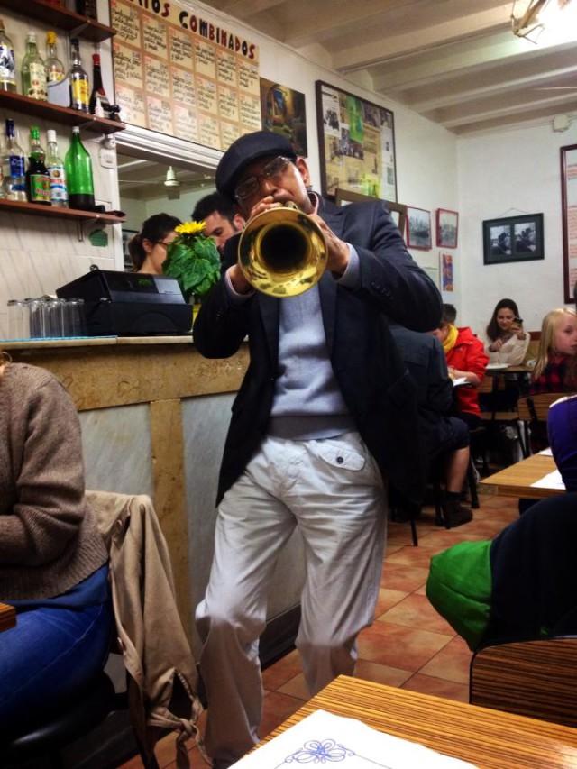 barcellona can mano musicista