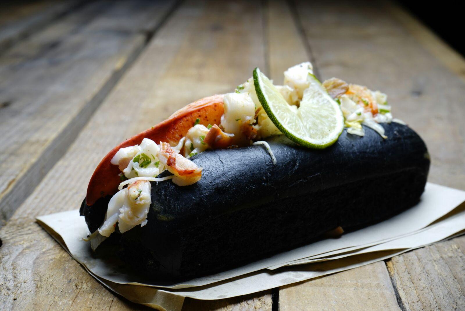 lobster roll in panino al carbone vegetale