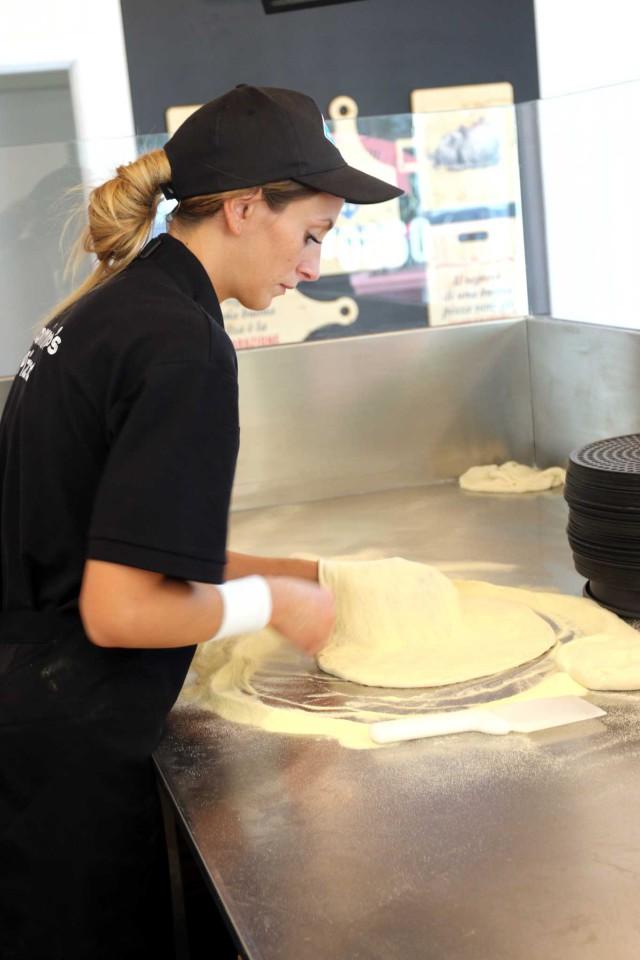Preparazione pizza Domino's