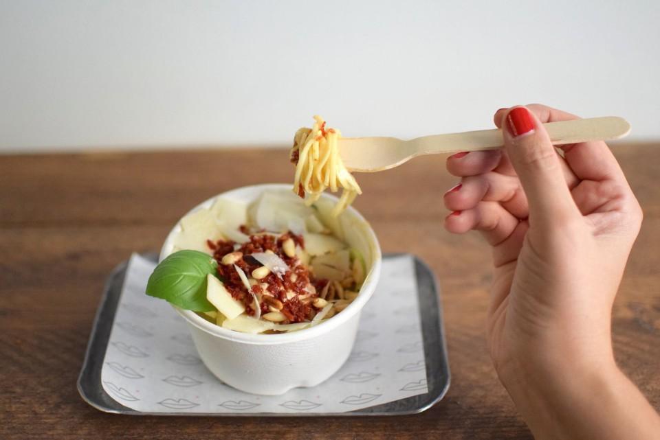 Spaghetti di zucchine con pesto rosso, petali di grana e pinoli tostati