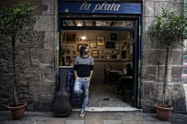 BARCELONA 2014/10/15 David Otero Martin conocido como «El Pescao», cantante y guitarrista , en bar la Plata FOTOGRAFIA DE JOAN CORTADELLAS