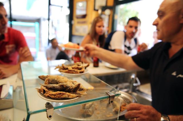 Barcelona 16/07/2014 Sociedad Barcelona A pie de calle . Las sardinas del bar La plata en la c/ Merce, 28 . Foto de RICARD CUGAT
