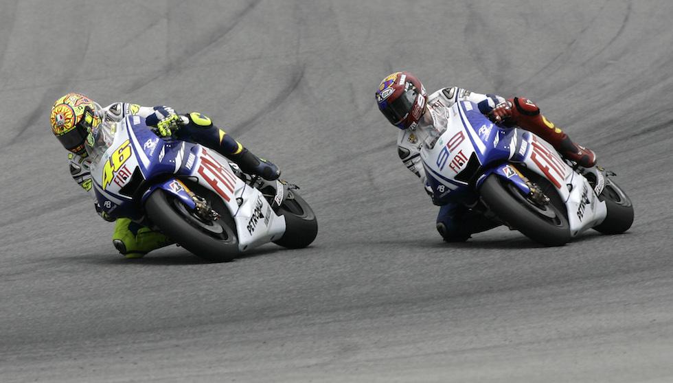 L'ultimo dei molti sorpassi del 14 giugno 2009 su Jorge Lorenzo, che permise a Rossi di vincere il Gran Premio di Catalunya (AP Photo/David Ramos)