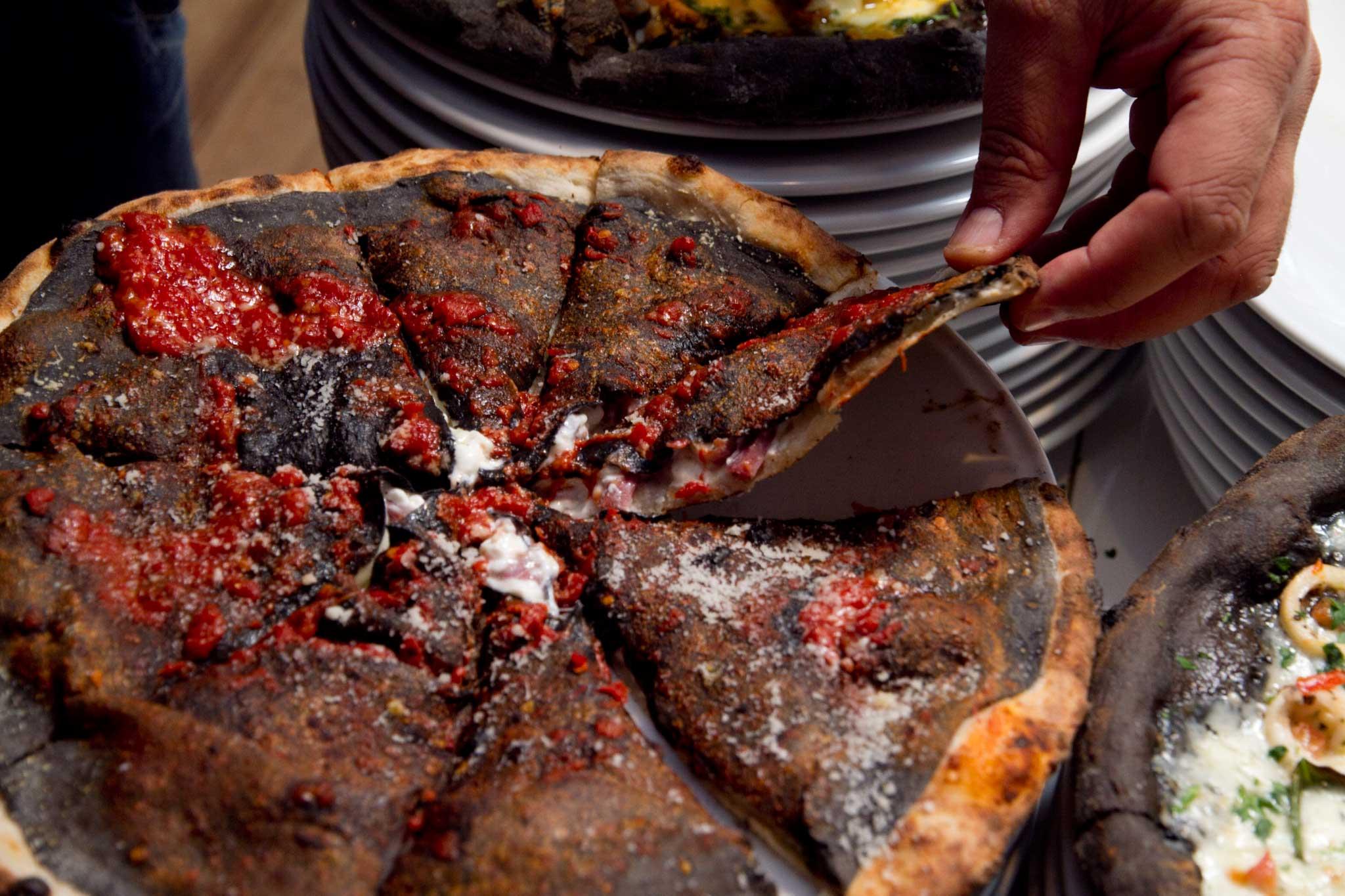 pizza nera ripieno