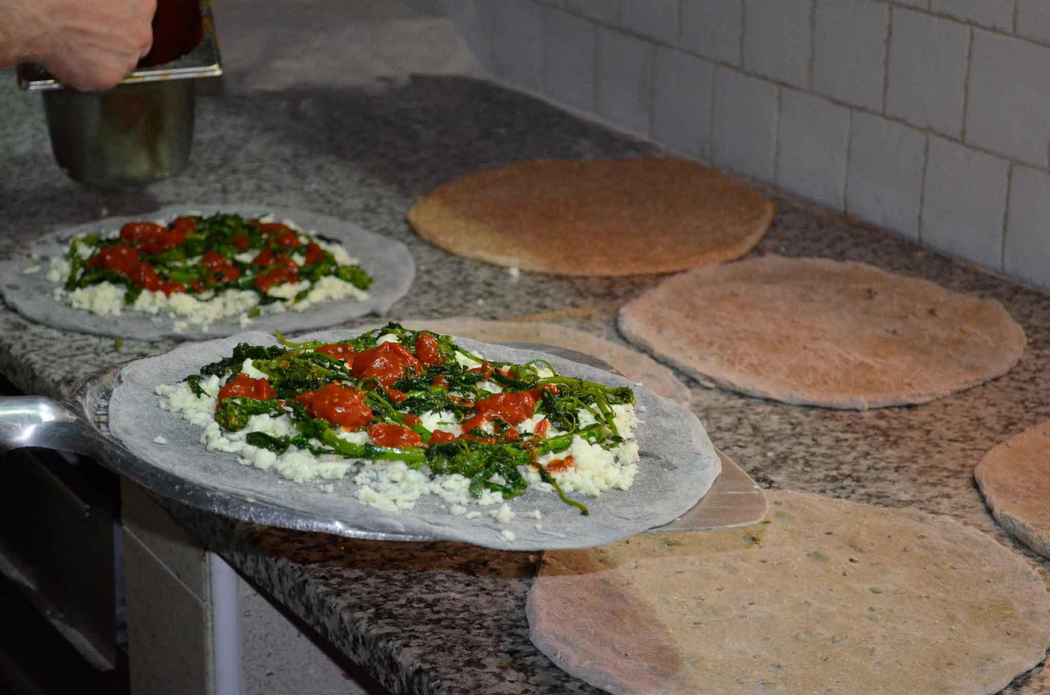 pizza carbone vegetale cime rape pomodorini
