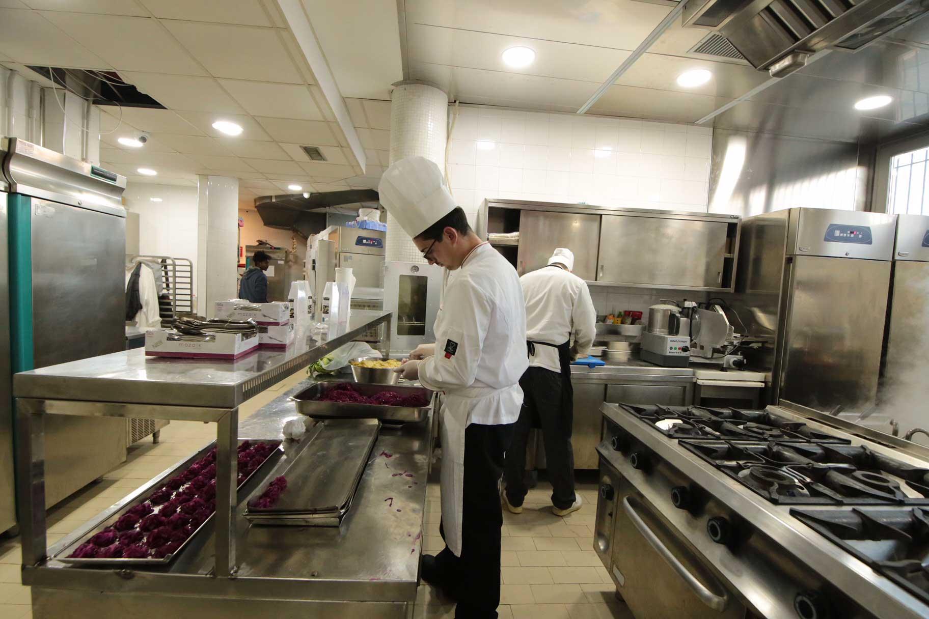 Le prime vere foto del ristorante palazzo petrucci a posillipo for Centro di lewis della cabina della pizza