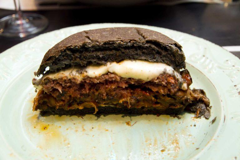 Guida all'uso del carbone vegetale con un hamburger nero di Pietro Parisi