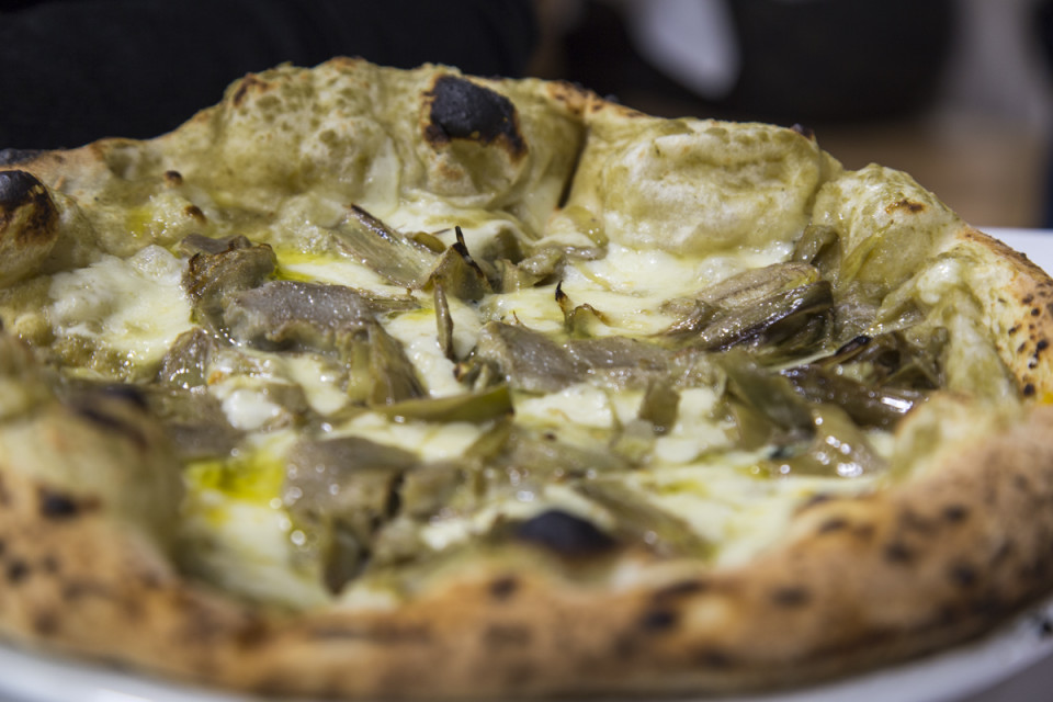pizza crema di carciofi, gorgonzola, fior di latte di Agerola e carciofi freschi