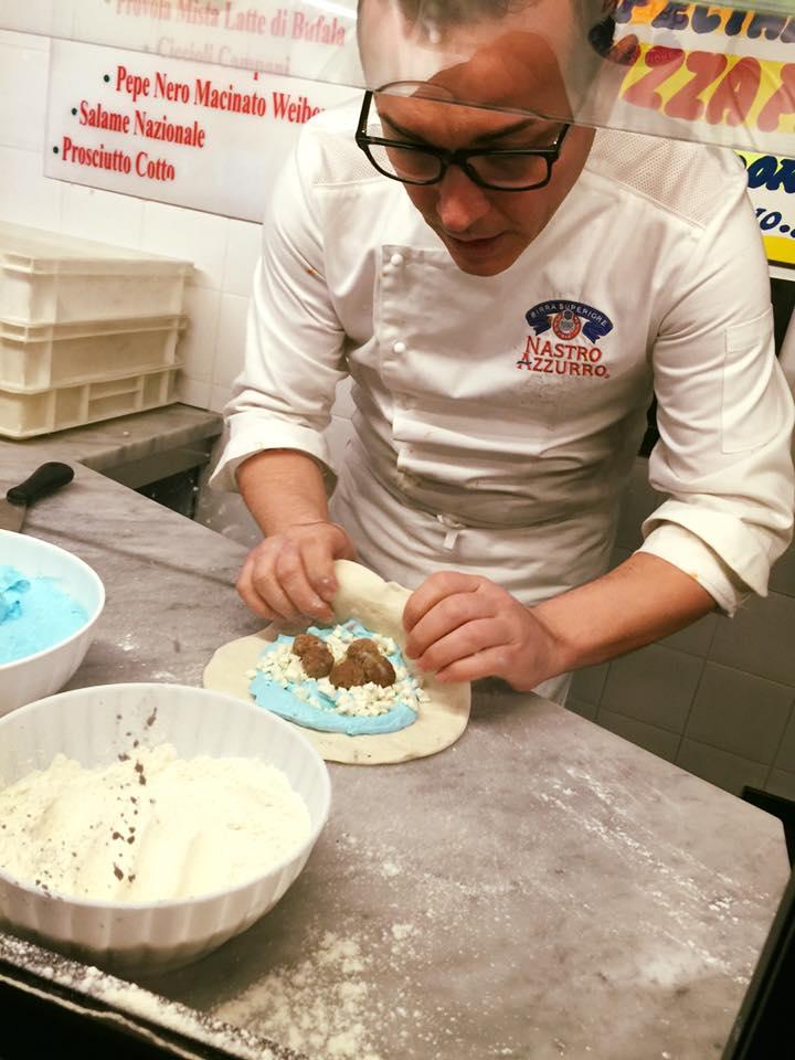 Sorbillo prepara pizza fritta Azzurro Napoli