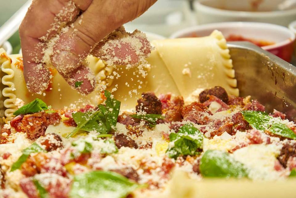 lasagna napoletana ricetta spolverata di formaggio