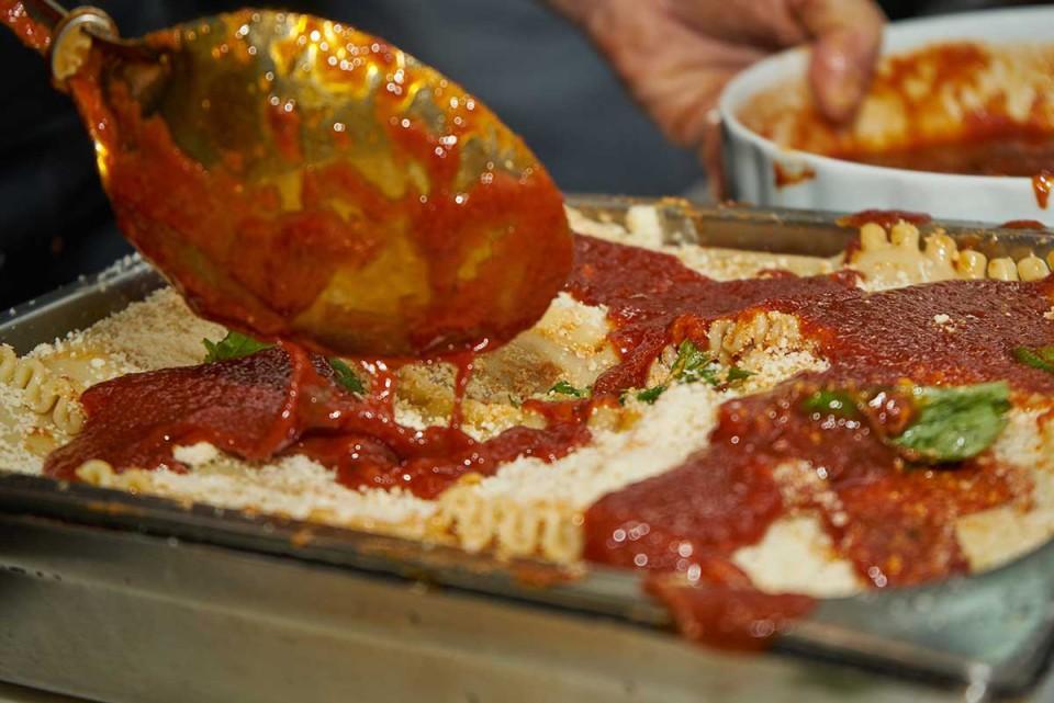 lasagna napoletana ricetta salsa in chiusura