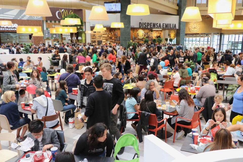 Record di fila al centro commerciale di arese per il pollo - Rivenditori record cucine roma ...
