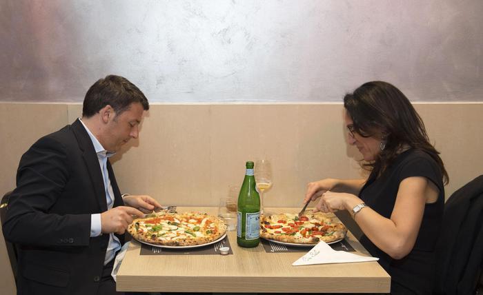 Napoli: Renzi mangia pizza con candidato Pd Valente