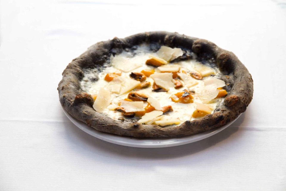 pizza al nero di seppia pecorino e cozze