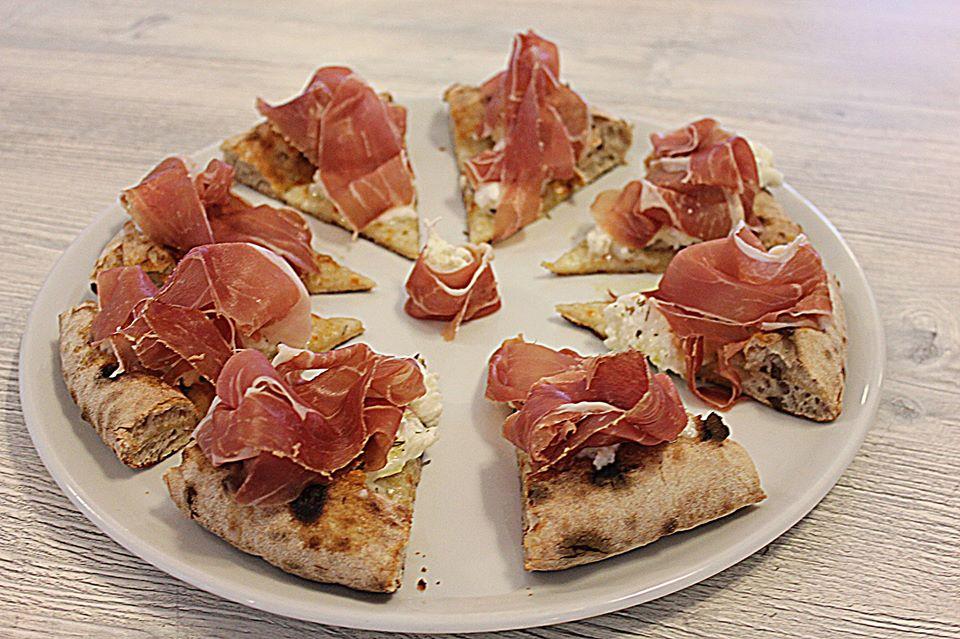 pizza mozzarella di Bufala di Campli, Origano, Prosciutto Crudo Abruzzese