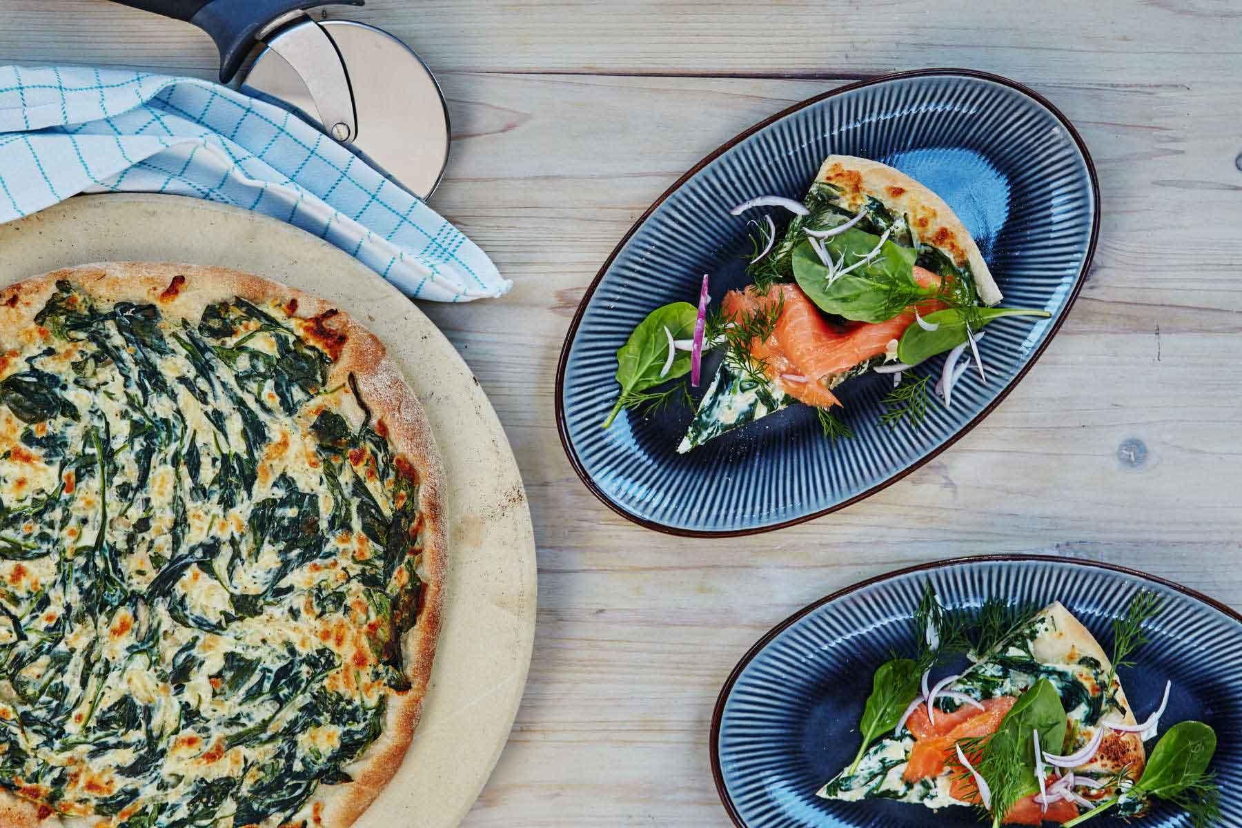 pizza sul BBq con salmone e crema di spinaci