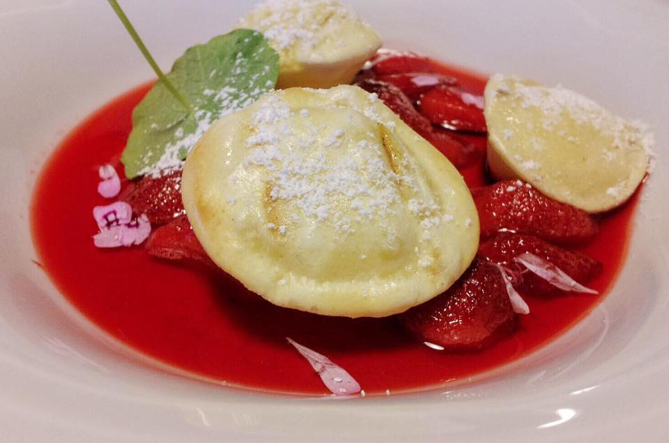 ravioli dolci in zuppa di fragole