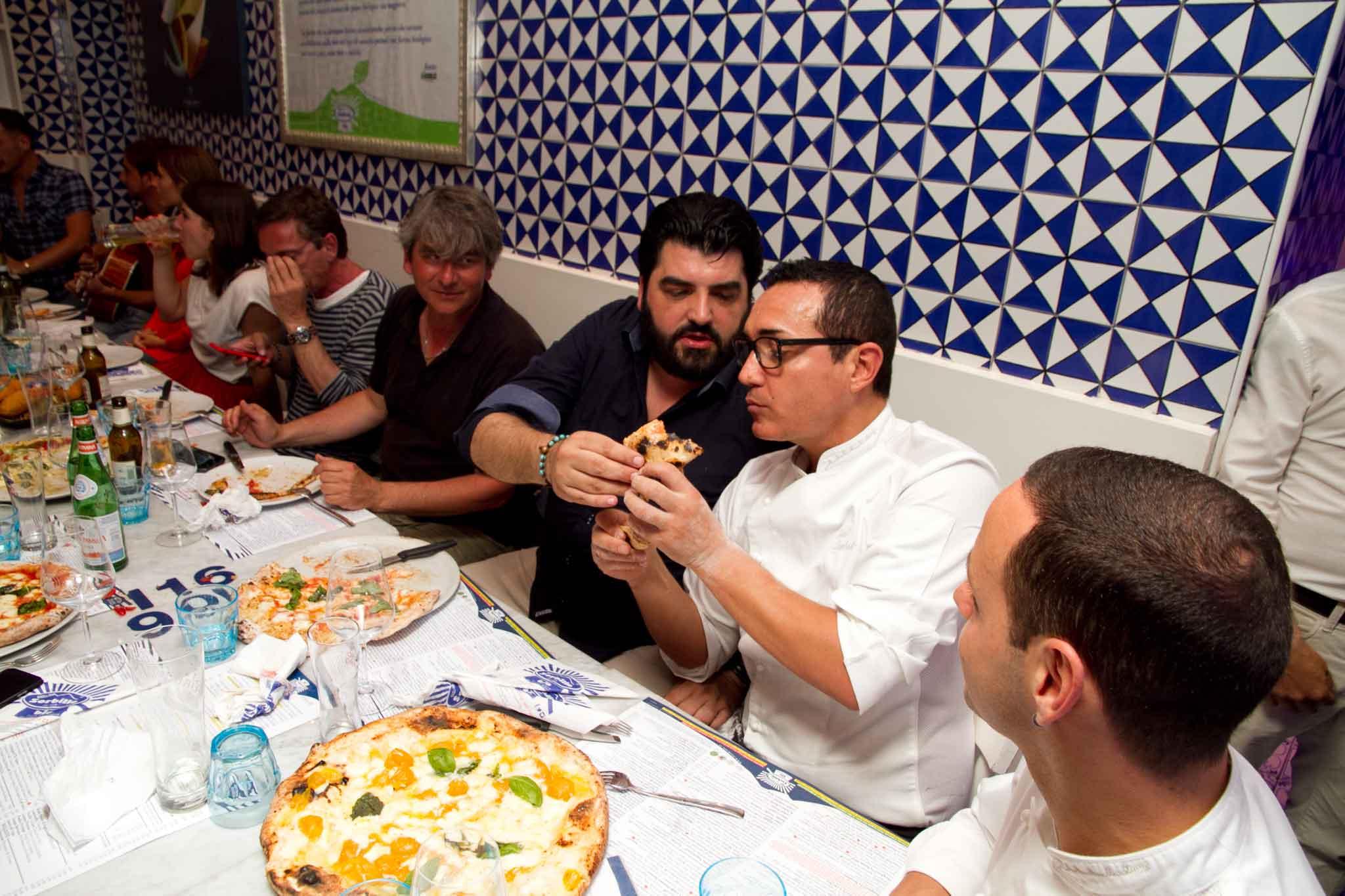 Antonino Cannavacciuolo fa assaggiare la sua pizza