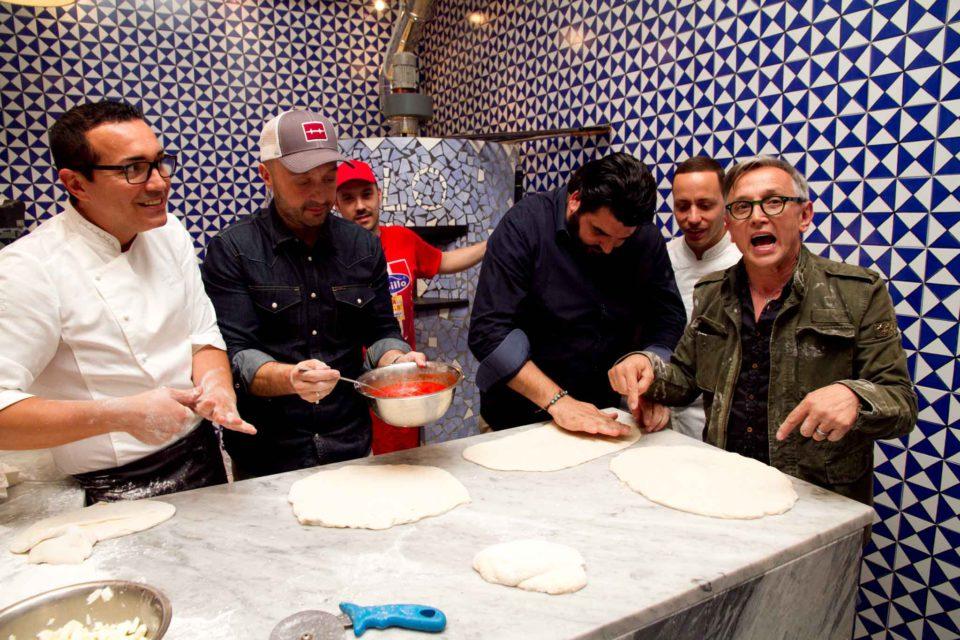 Barbieri Masterchef mostra la stesura della pizza