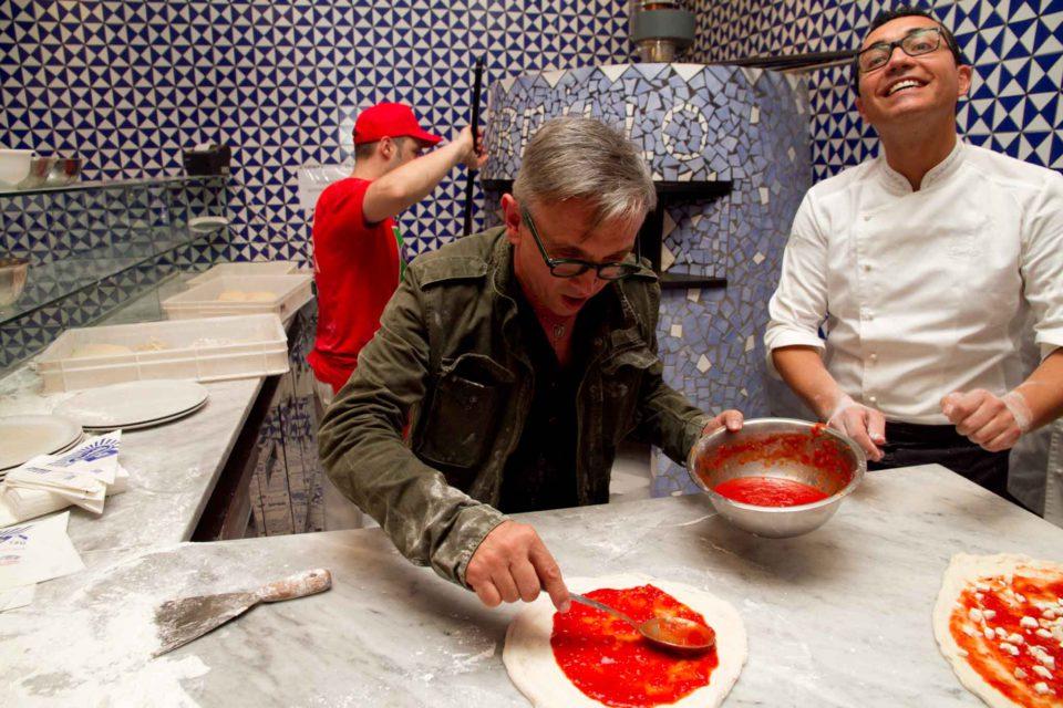Bruno Barbieri prepara la pizza da Gino Sorbillo 1