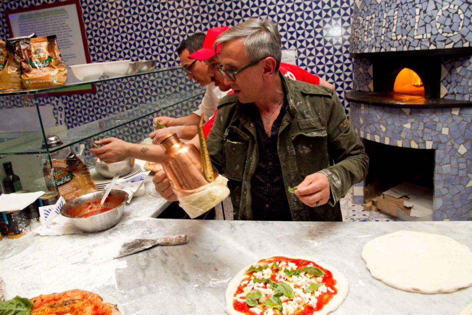 Bruno Barbieri prepara la pizza da Gino Sorbillo 2