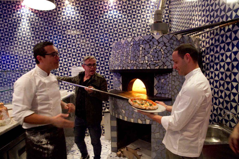 Bruno Barbieri sforna la sua pizza da Sorbillo