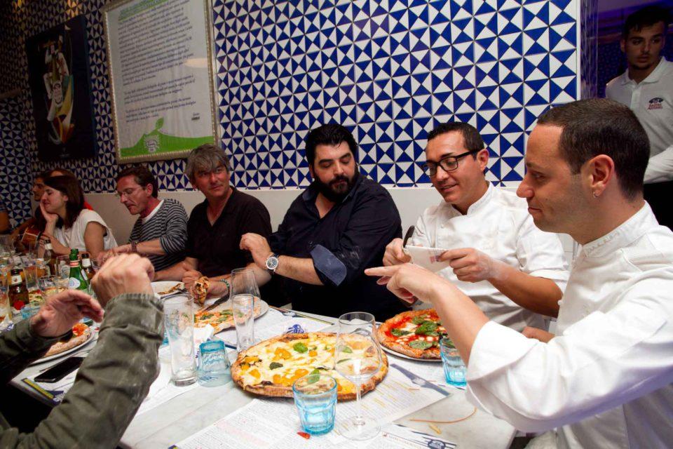 Toto Sorbillo fa i complimenti alle pizze