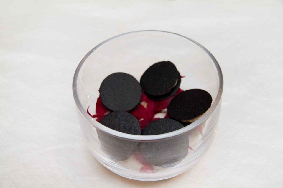 Tuile croccanti al nero di seppia con crema di tonno