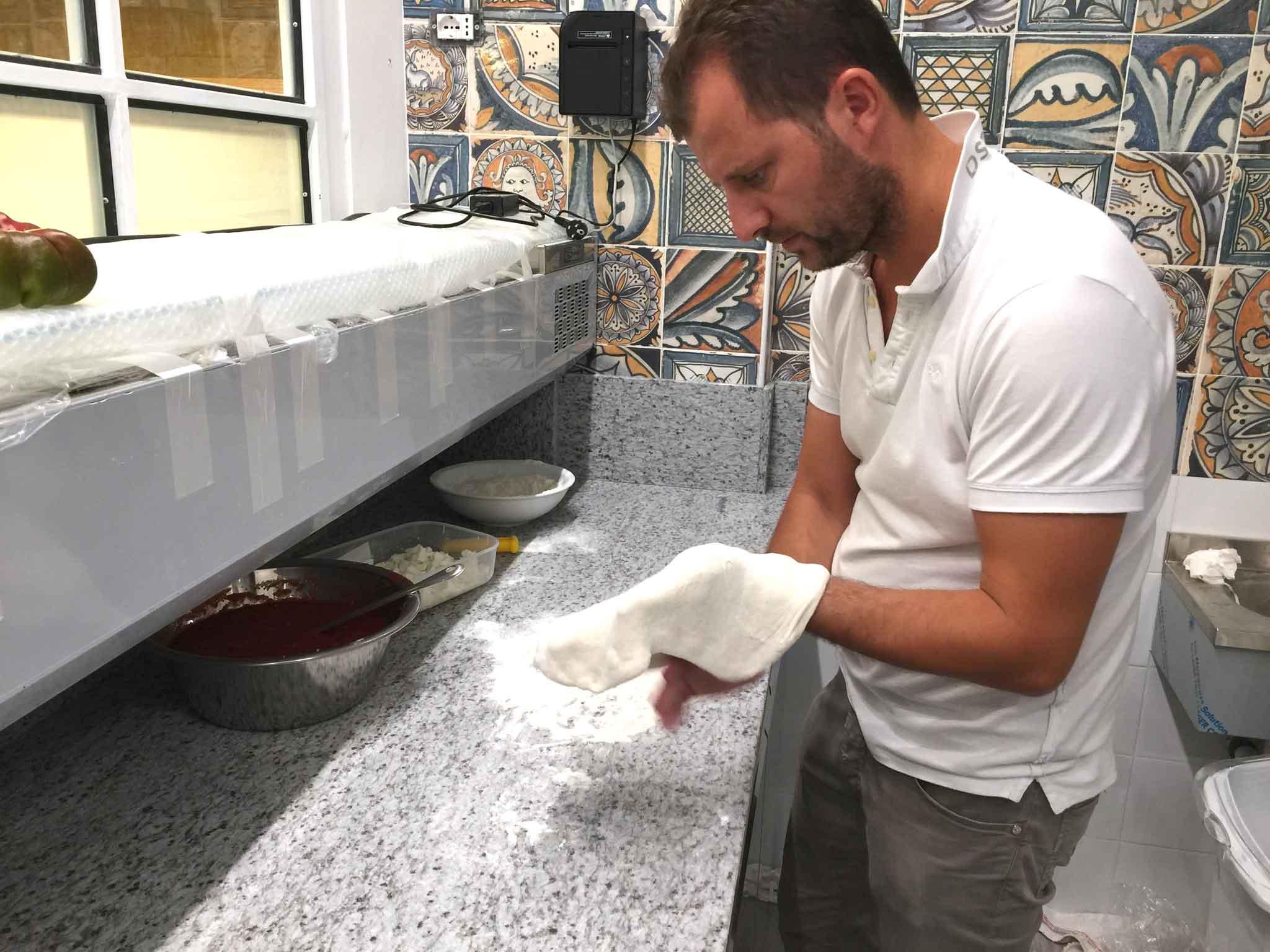 Paolo De Simone stende la pizza