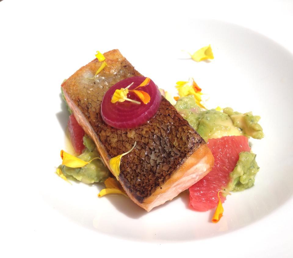 filetto di salmone con guacamole al pompelmo molo 21 santa marinella