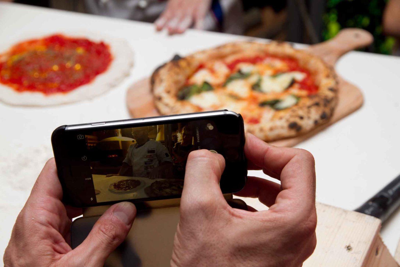 Pizza in teglia fatta in casa ricetta perfetta foto telefonino