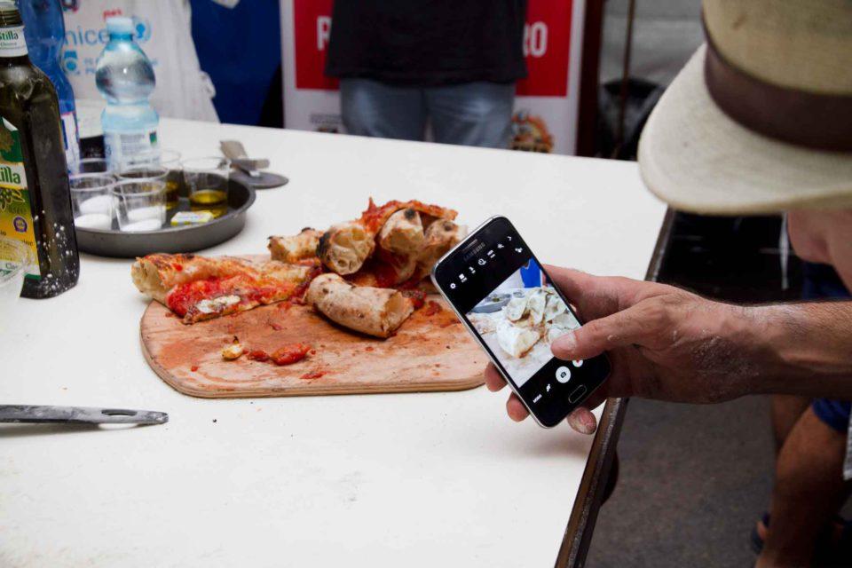 pizza fotografata cellulare