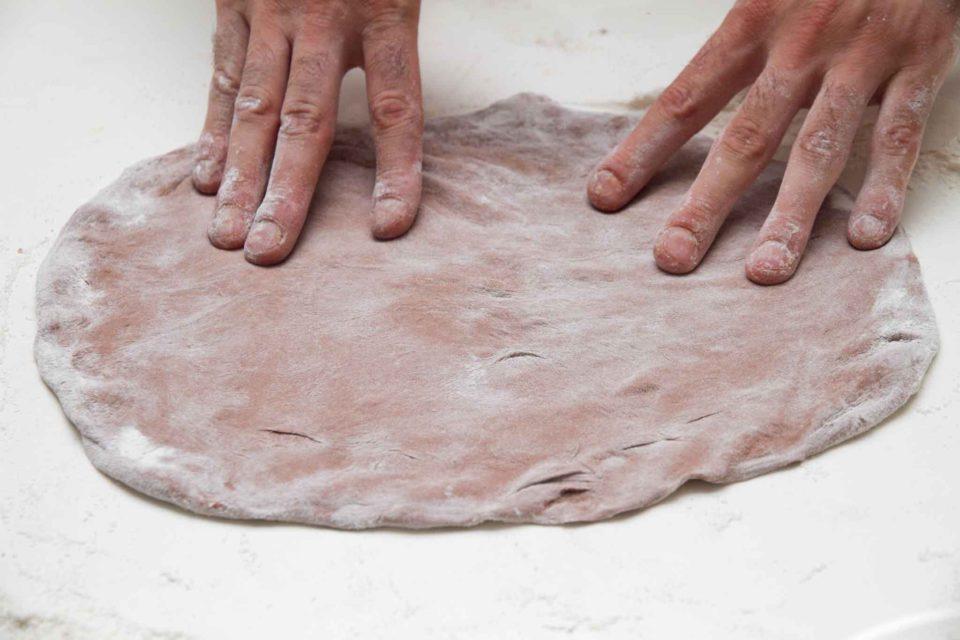 stesura impasto pizza al cioccolato