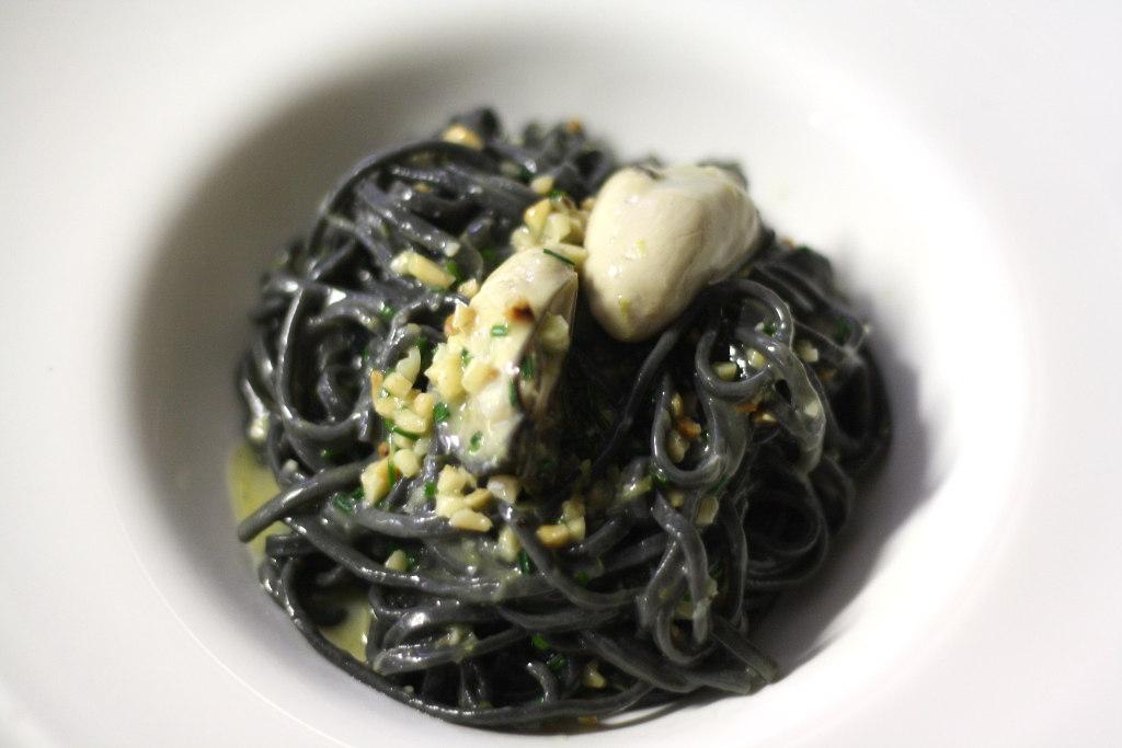 tonnarello al nero di seppia, ostriche e granella di mandorle molo 21 santa marinella