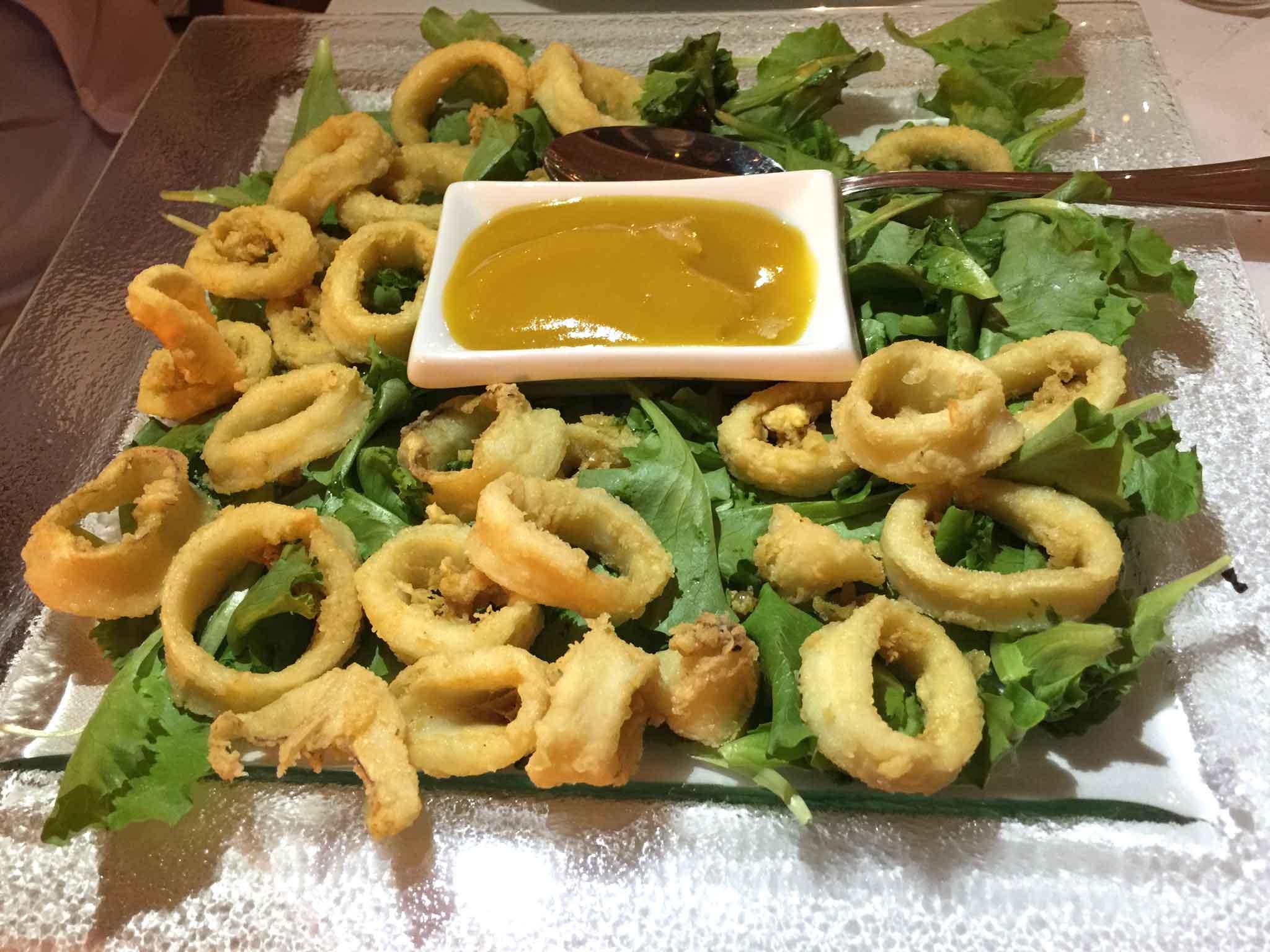 Veliero frittura calamari ketchup pomodori gialli