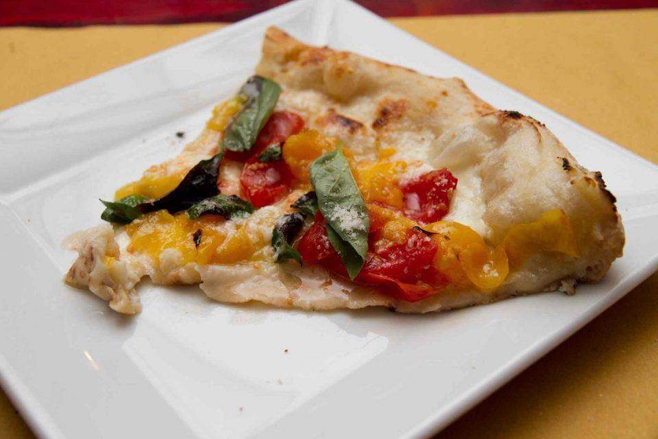 pizzeria il Borgo Acciaroli fetta pizza pomodori gialli
