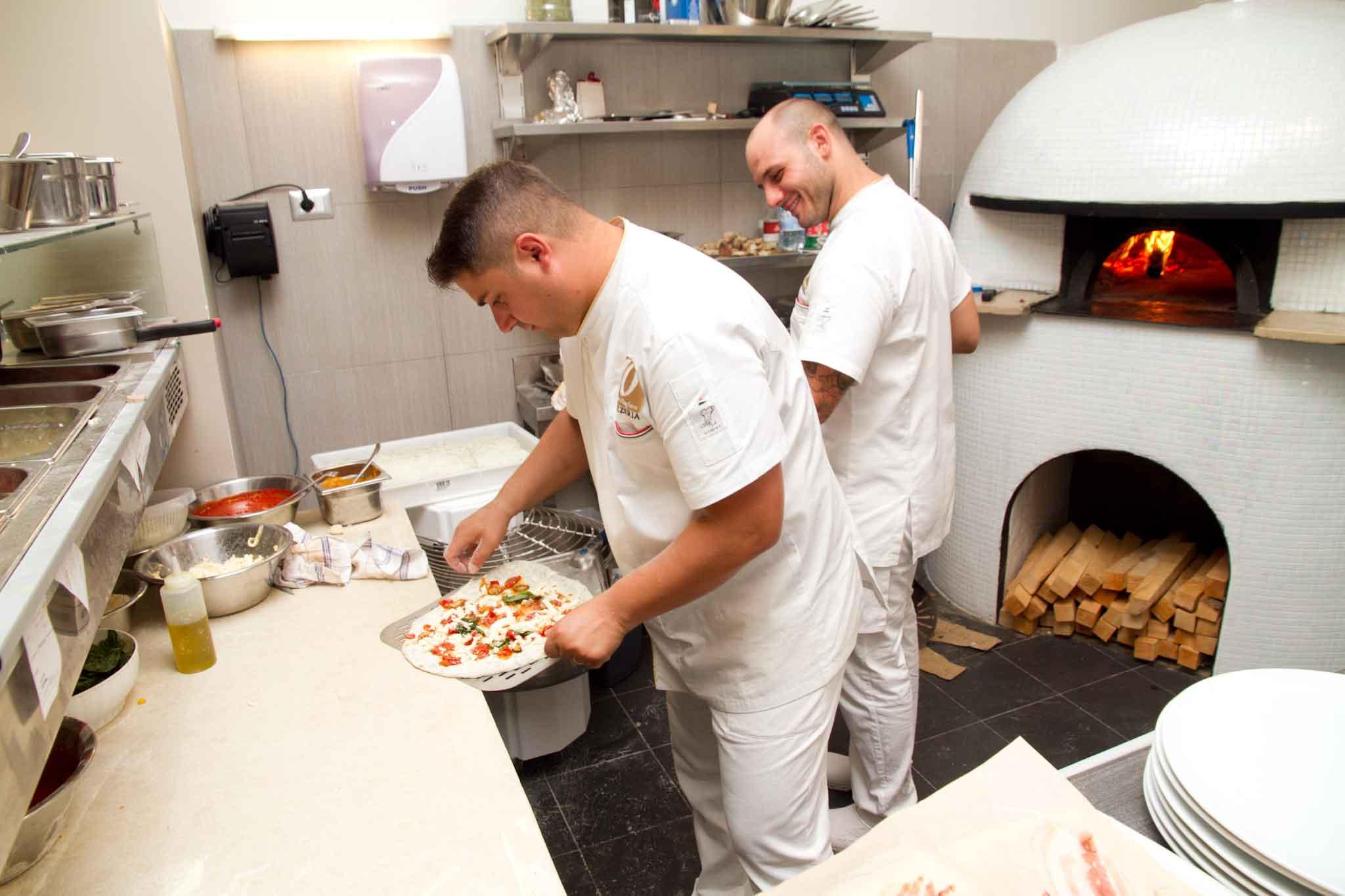 diego-vitagliano-mette-pizza-su-pala