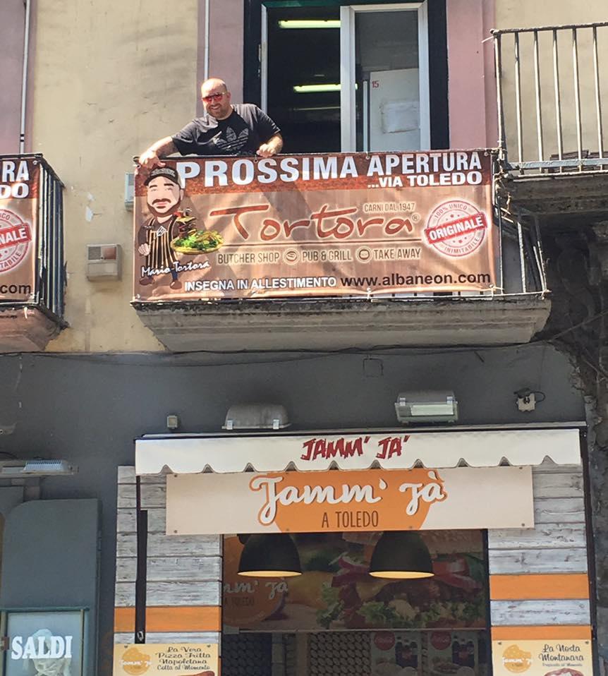 Mario Tortora apre hamburger via Toledo Napoli