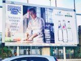 Gino Sorbillo testimonial di acqua San Benedetto insieme alla sua pizza