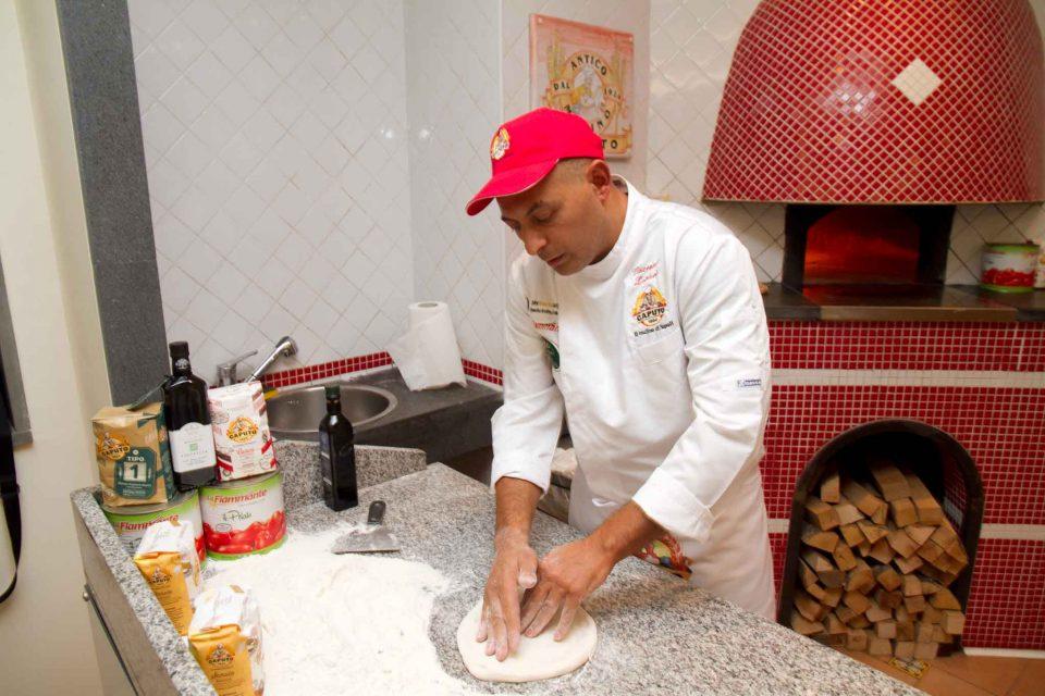 vincenzo-lettieri-stende-pizza