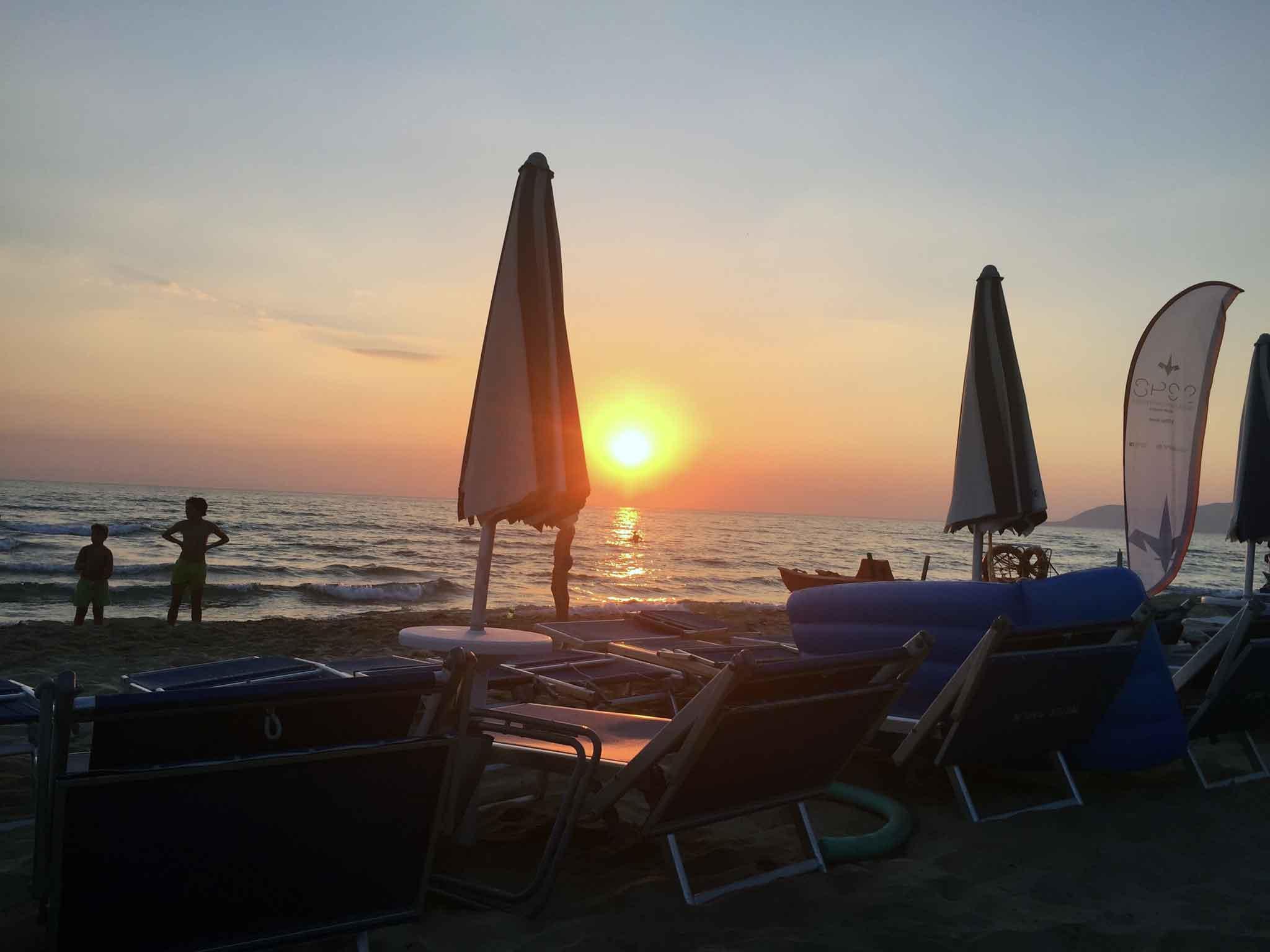 estate ombrelloni spiaggia tramonto Acciarioli