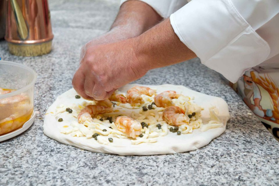 preparazione-pizza-gamberoni-vincenzo-esposito