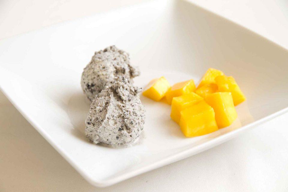 gelato-al-sesamo-nero-e-mango